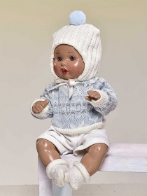 Mini Juanín Baby with sky blue sweater, Off White shorts and bonnet set